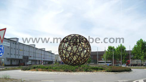 Example: a giant wire sphere on a roundabout